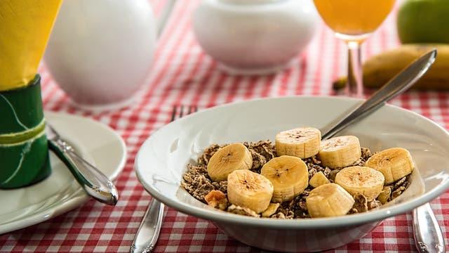 Evitar los postres si se va a comer a un restaurante, lo mejor es comerl luego una fruta en casa