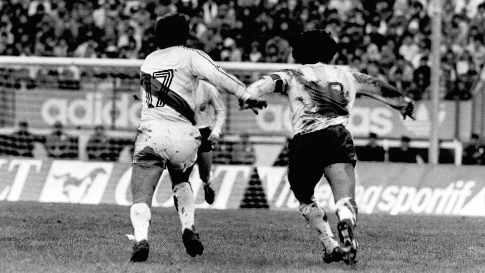 30-6-1985: icónica imagen de la batalla personal que tuvo con Luis Reyna. Foto: LA NACION
