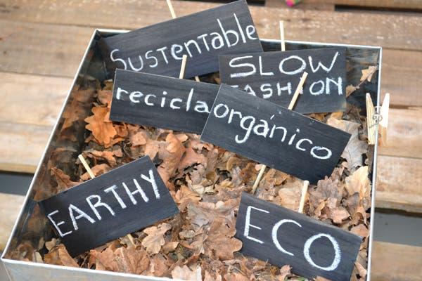 Palabras sueltas, sobre un colchón de hojas secas, proponen un estilo de vida más responsable. Foto: Soledad Avaca Cuenca