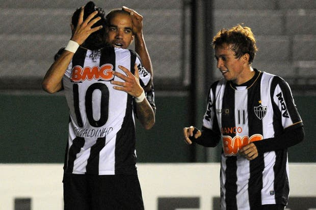Ronaldinho celebra con Tardelli y Bernard