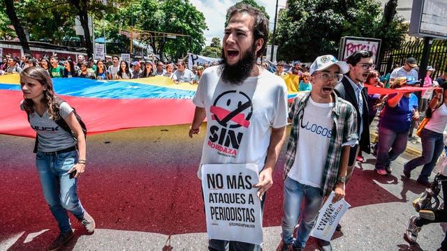 En las calles las manifestaciones contra el gobierno no cesan.