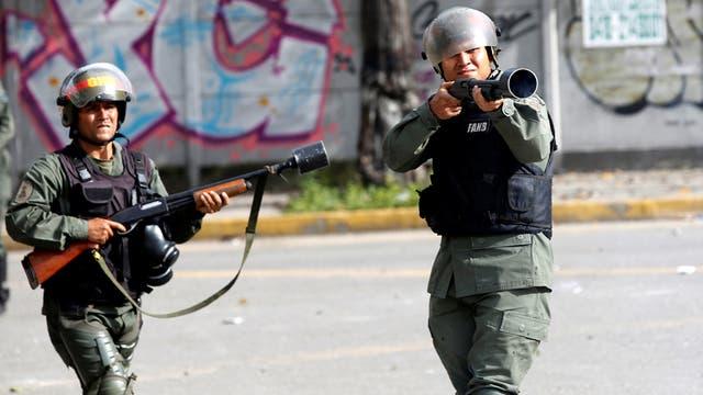 Represión en Venezuela: brutal golpiza de la Policía de Maduro a un fotógrafo