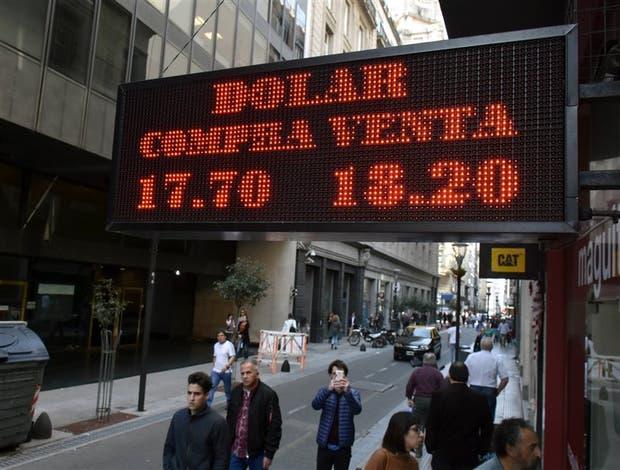 El dólar pasó ayer los 18 pesos y llevó al Central a intervenir