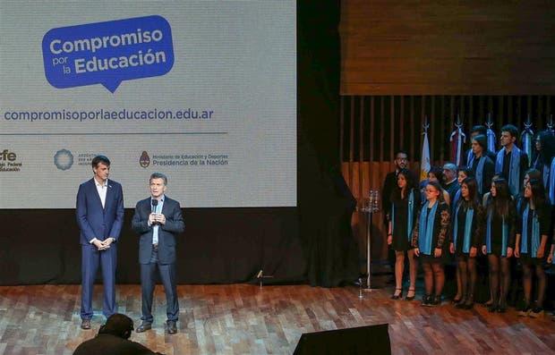 El ministro Esteban Bullrich y el presidente Mauricio Macri, ayer, durante la presentación en el CCK