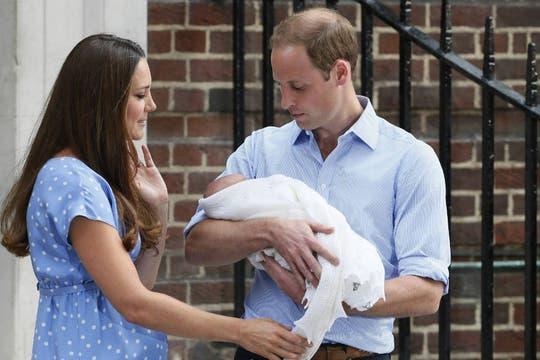 William y Kate, presentaron a su primer hijo, tercero en la línea de sucesión al trono del Reino Unido y que recibe el tratamiento de Su Alteza Real, el príncipe de Cambridge. Foto: Reuters