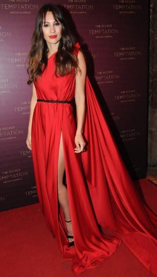 Pampita Ardoain cortó el dress code con un vestido rojo furioso con cola. Foto: Gerardo Viercovich