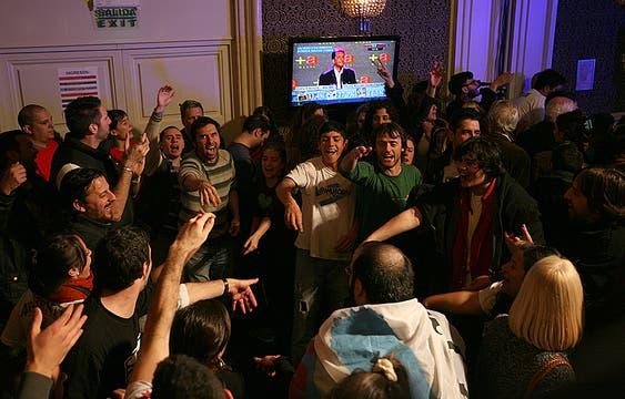 Afuera, unos 150 militantes le pusieron ritmo al aguante del FpV; adentro, hubo caras largas y pocos dirigentes. Foto: LA NACION / Mariana Araujo