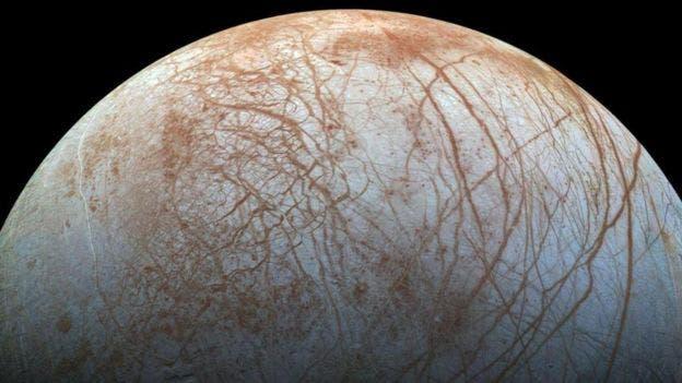 Europa, la luna de Júpiter, es un fuerte contendor al título de espacio extraterrestre en el que puede haber vida