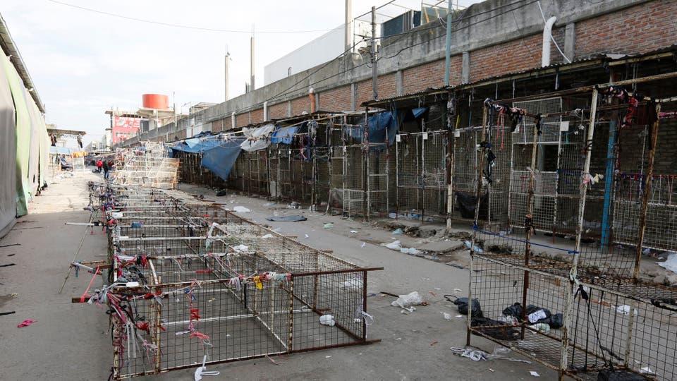 Basura, esqueletos de puestos que bloquean las calles y vecinos que conviven con esa realidad dominan la escena diurna. Foto: LA NACION / Ricardo Pristupluk