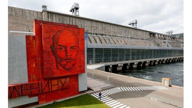 Un panel de mosaico de vidrio cobalto con un retrato de Lenin en la central hidroeléctrica de Krasnoyarsk, la segunda más grande de Rusia, situada en el río Yenisei, en las afueras de la ciudad siberiana de Krasnoyarsk, Rusia