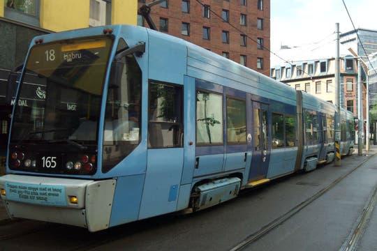 El tranvía circula por las calles de Oslo, junto con automóviles y motos. Foto: LA NACION / Juan Pablo De Santis
