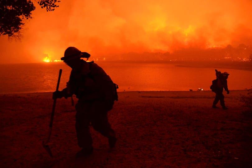 Bomberos trabajando en el área más afectada a orilla del la Hughes. Foto: Reuters