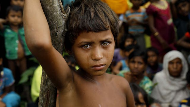 Una niña Rohingya refugiada recién llegada a Bangladesh desde Myanmar