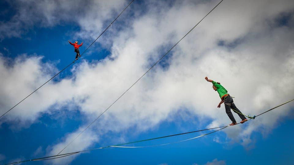 Samuel Volery de Suiza y Tijmen Van Dieren de los Países Bajos caminan en las líneas durante el Highline Extreme. Foto: AFP / Michael Buholzer