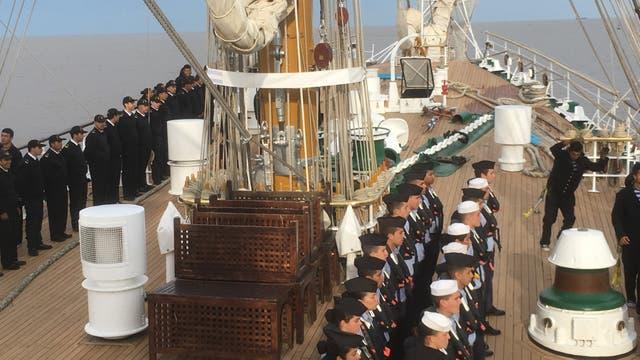 Todos en la cubierta y con uniforme para ingresar y dejar un puerto o recibir alguna autoridad que sube a la Fragata Libertad.