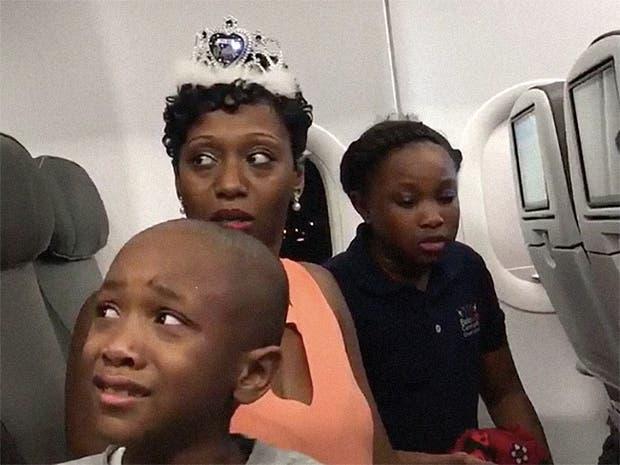 La familia se preocupó cuando el padre comenzó a discutir con una de las azafatas