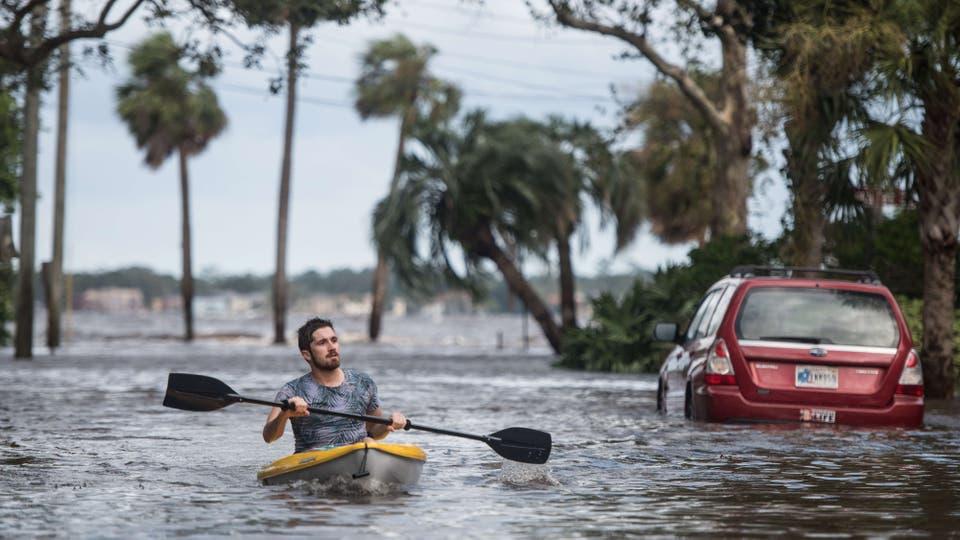 En el día después de la tormenta, vecinos y oficiales estadounidenses salen a las calles para hacer un registro de los destrozos.