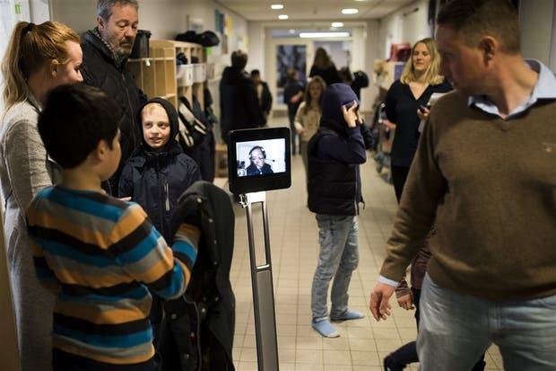 Yusuf y el robot Beam en el pasillo de la escuela