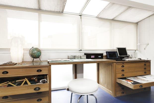 El área de la computadora recibe mucha luz: un sistema de cortinas roller verticales y otro plegable en el techo (ambos de Luxaflex) permiten filtrar la claridad. La iluminación artificial se resolvió con un riel con spots reforzado con luces de mesa..