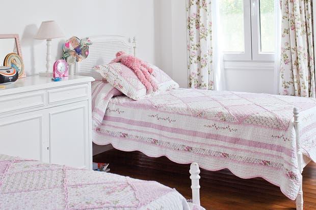Una cama estilo francés con un acolchado bien elegido puede resultar una propuesta súper femenina y luminosa para el cuarto de una nena..  /Archivo LIVING.