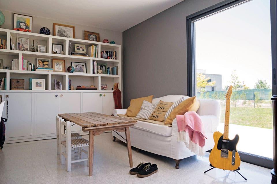 En el playroom, un sofá heredado; sillitas materas traídas de Salta y una biblioteca de pared a pared, diseño del dueño.  Foto:Living /Celeste Najt