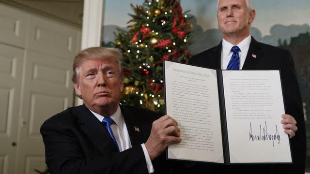 Trump muestra el documento en el que reconoce a Jerusalén como capital de Israel, ayer, en la Casa Blanca