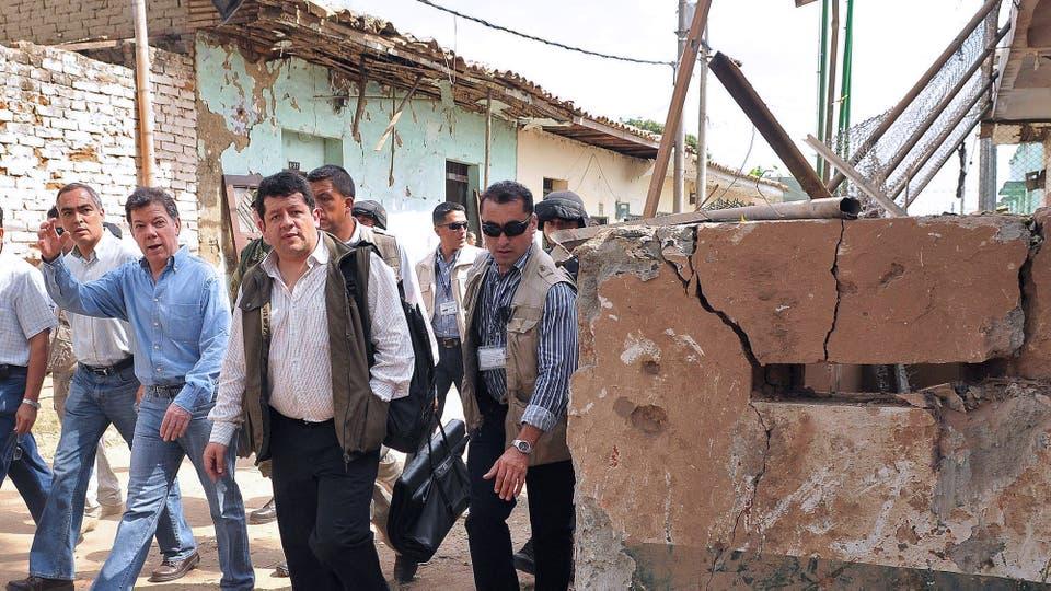 Juan Manuel Santos mira a los daños después de un ataque de las FARC realizado con morteros hechos a mano, en Corinto, el 10 de julio de 2011. Foto: Archivo