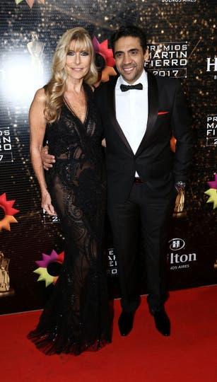 Virginia Elizalde y su marido Coco Fernández, los dos de negro. Foto: Gerardo Viercovich