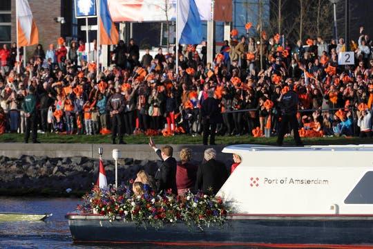 Los reyes de Holanda navegan por el río Ij en una fiesta de música y color. Foto: Reuters