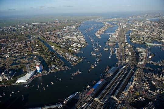 Vista aérea de la ciudad durante el paseo en barco por el río Ij del rey Guillermo de Holanda y la reina Máxima. Foto: EFE