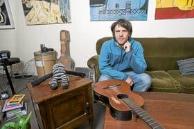 Lucas Campodónico armó su casa con elementos que recogió de la calle o compró en ferias