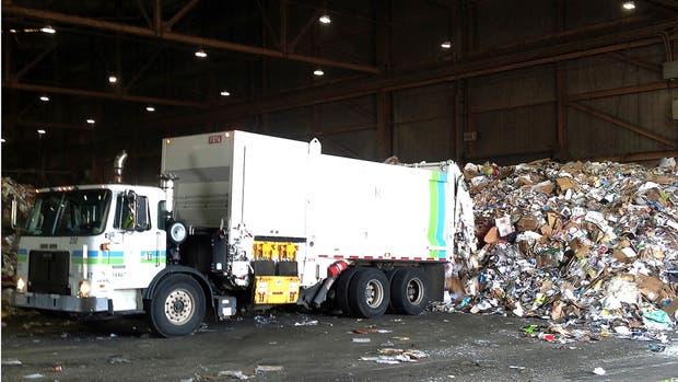 Por día, casi 300 toneladas de material listo para reciclar se vuelcan en la basura