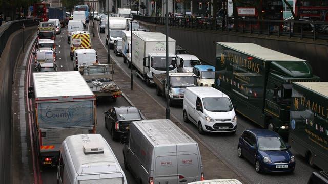 La mala calidad del aire dio lugar a una nueva medida para disminuir la polución provocada por el tránsito vehicular