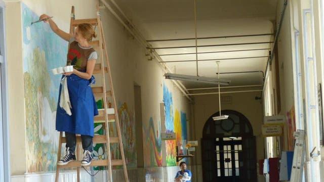 A pesar de haber renunciado a su trabajo en el Hospital Fernández, el hospital sigue siendo un lugar importante para ella. Fue convocada para pintar un mural en el Rivadavia