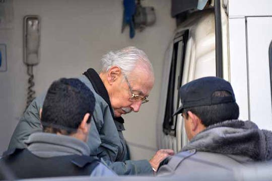 Escoltado por oficiales del servicio penitenciario y esposado, llega a los tribunales de San Martín. Foto: Archivo / Enrique García Medina