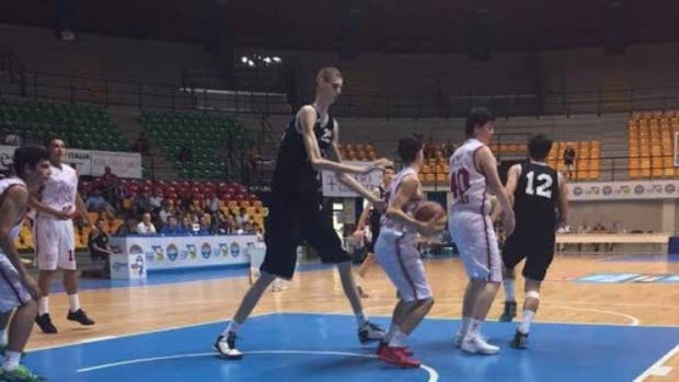 El joven rumano de 16 años que mide 2,31 metros y buscan convertirlo en un jugador de la NBA