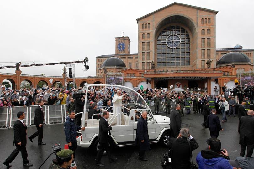 Miles de fieles esperaron durante varios días la llegada del Sumo Pontifice, en la entrada de la basílica de Aparecida. Foto: Reuters