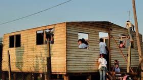 Los vecinos, en plena construcción del centro comunitario