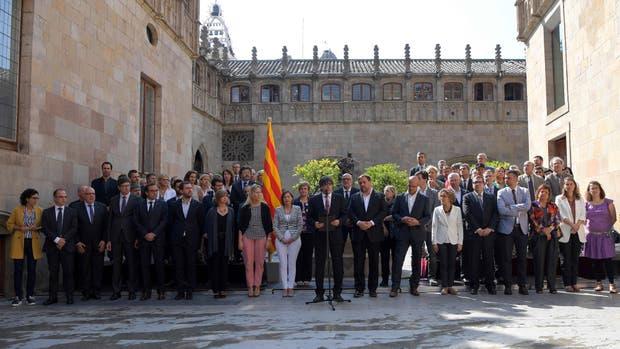 El presidente del gobierno catalán, Carles Puigdemont, y la presidenta del Parlamento catalán, Carme Forcadell, anunciaron hoy la convocatoria de un referéndum vinculante sobre la independencia; será el 1 de octubre