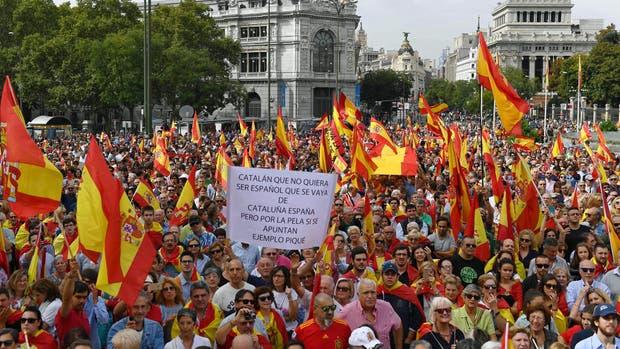 Miles de personas protestaron en Madrid contra el referéndum en Cataluña