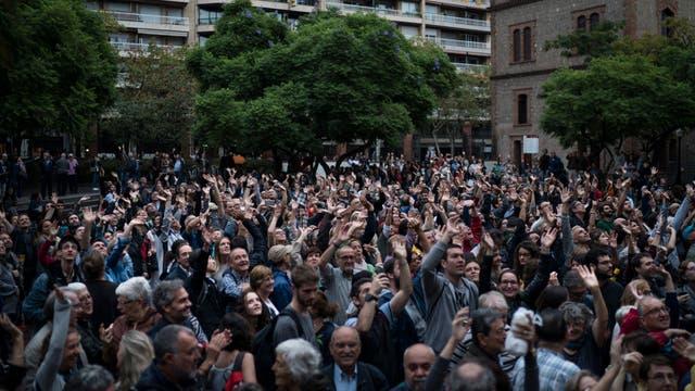 Cientos de personas celebran el ingreso de las urnas y boletas a los colegios, en Barcelona. Foto: AP