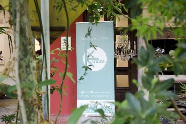 Es museo habita una casona circa 1930, con paredes color terracota y un discreto cartel.