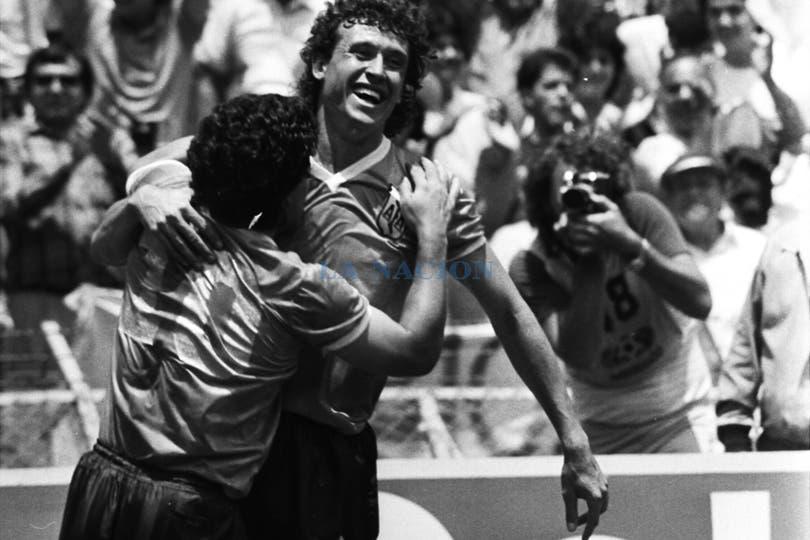 Maradona festeja el primer gol con Valdano. Foto: LA NACION / Antonio Montano