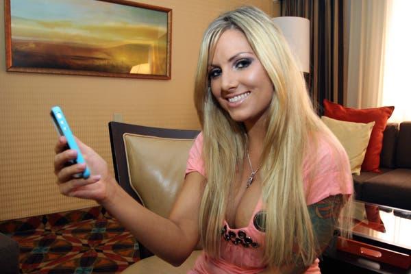 Teagan Presley posa con su iPhone. La actriz de cine adulto evalúa la función FaceTime para realizar videochats para los servicios on line de contenidos para adultos