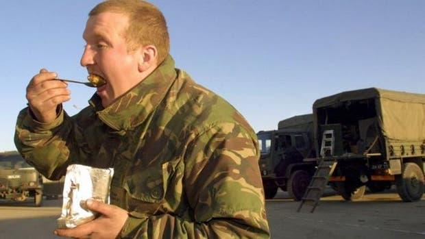 Los soldados llevan comida lista para consumir