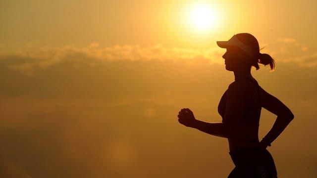 Usar gorra de running te permite proteger los ojos del sol
