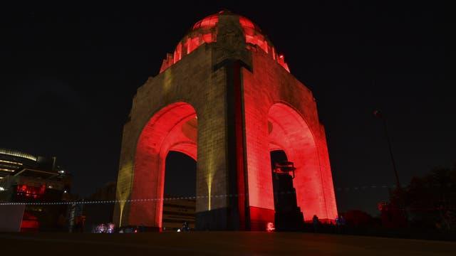 El monumento a la Revolución de México está iluminado de rojo para conmemorar el Día Mundial de Lucha contra el VIH
