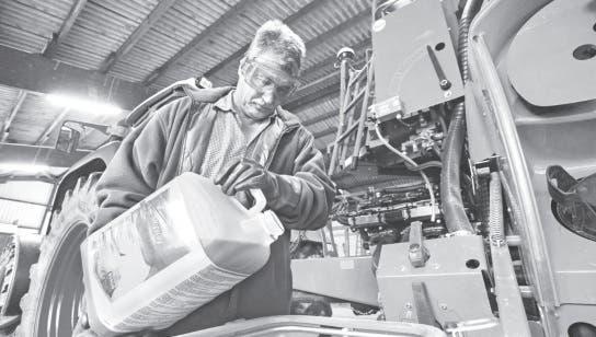 Un operario vuelca el funguicida Skyway en el tanque de un pulverizador en el laboratorio de Bayer en Monheim, Alemania