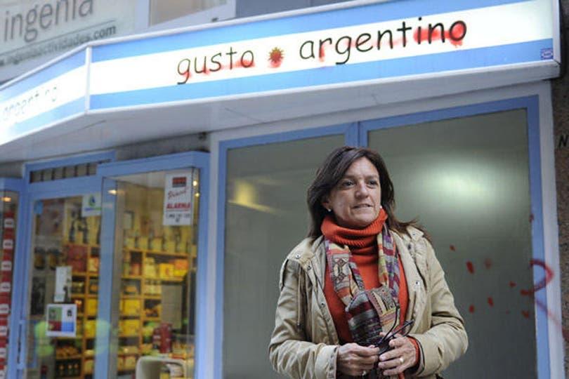 En el local Gusto Argentino de La Coruña habían tachado el nombre de la tienda y escribieron insultos contra la presidenta en su vidriera