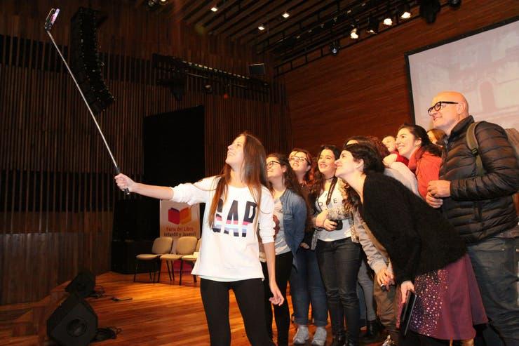 Escritores, blogueros y bookstagrammers le dedican una selfie al mago
